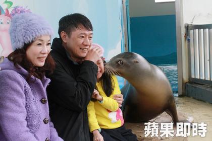 遠雄海洋公園,海獅親親讓孩子又喜又驚。