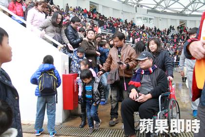 遠雄趙藤雄-遠雄海洋公園,現場觀眾跟海豚互踢皮球不亦樂乎