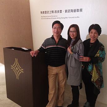 遠雄展覽 - 游館長與藝術家合影