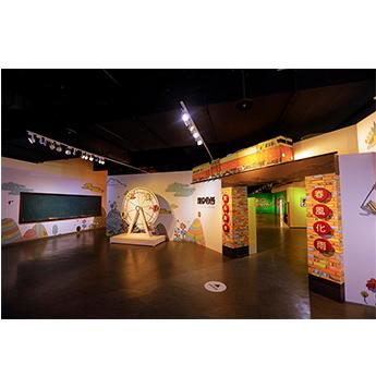 汐止展覽-展覽入口處以摩天輪及莒光號 象徵本展的鮮明色彩