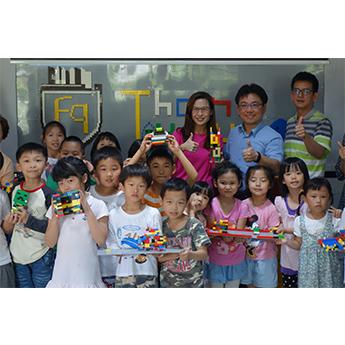 遠雄公益-北港國小的學生開心的拿著積木合影