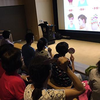 遠雄活動-觀眾聚精會神的聽講者解釋使用方法。