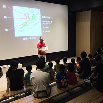 汐止展覽-參與的家長與孩子們聚精會神的進入故事的美妙世界中。