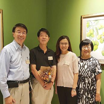 游冉琪館長及柯鴻圖教授、中研院院士龔行建夫婦在《臺灣12月令圖》前合影。