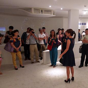 藝術家鄭愛華女士為現場觀眾導覽。