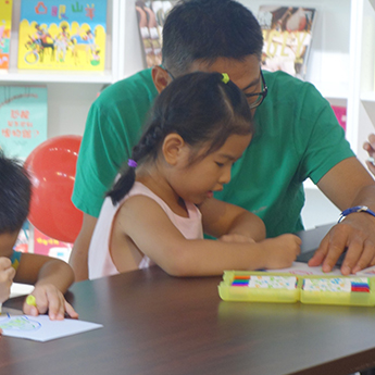 家長帶領孩子們一同手作DIY,創作出屬於自己獨一無二的故事。