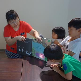 透過故事分享結合光影的互動性,吸引孩子們的目光。
