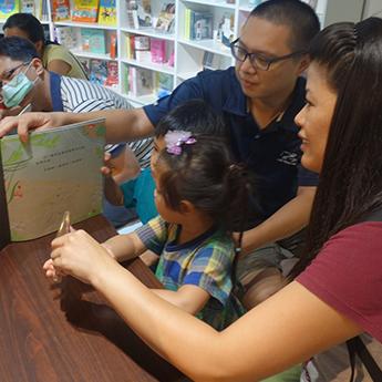 家長和孩子在講師帶領下,親身體驗光影魔術的奧妙。
