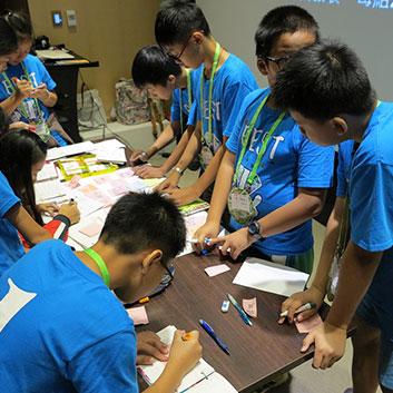 在遠雄博物館小策展人們分組進行動動腦的紙上展覽!