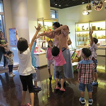 汐止活動透過肢體伸展,開發孩童除了視覺之外的感官潛能