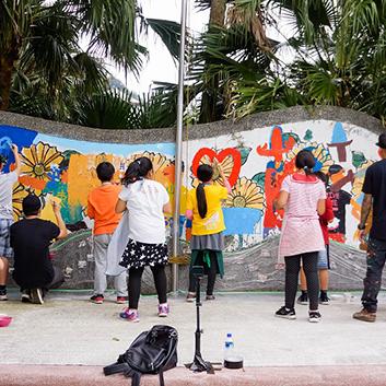 汐止活動-塗鴉工作營現場,藝術家與孩童互動合作共同為司令台進行塗鴉