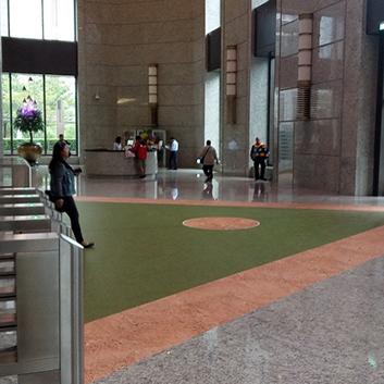 遠雄活動-配合展覽於總部大廳地面鋪設棒球場意象,使觀眾更具臨場感。