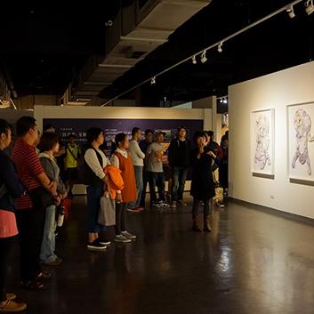汐止活動-藝術家吳詠潔親臨現場為參加導覽的民眾講解其作品理念。