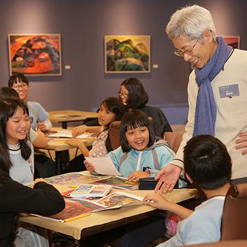 汐止展覽-開幕茶會結合展覽教育活動,藝術家鄭福成(右)指導汐止國小學生觀察畫作的色彩與構成。