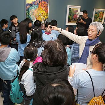汐止展覽-藝術家鄭福成親自為汐止國小學生進行畫作導覽。