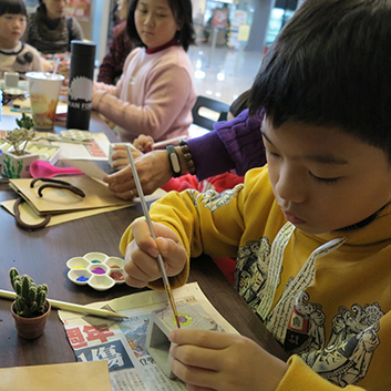 汐止活動-小朋友認真揮灑畫筆,畫出自己獨有的多肉小盆栽。