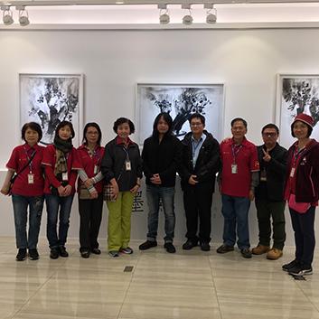 遠雄展覽-藝術家蔡宜儒與人文遠雄博物館志工群於志工導覽訓練後合影。