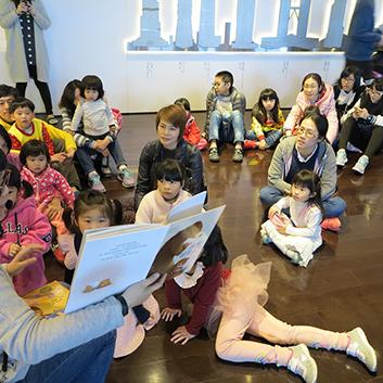 汐止活動-小朋友聚精會神地聆聽講師說故事。