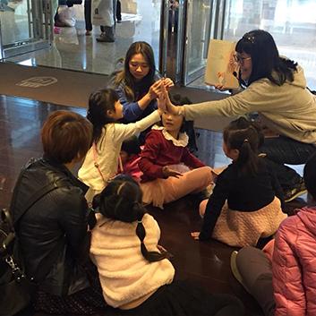 汐止活動-在說故事時講師透過互動小遊戲,吸引小朋友參與的興趣。
